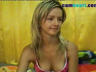 Hawt hawt chick masturbates on webcam