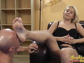 Blondes tells submissive to take up with the tongue and eat feet