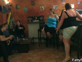 Big ladies have fun in the pub !