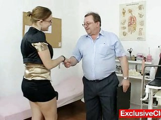 Amateur damsel with glasses frigged by gyno