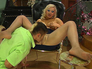 Flossie&Govard kewl nylon feet episode