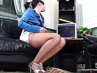 Gwendolen&Laura kinky nylon feet episode