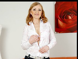 Anilos cougar jarka rubs an orgasm out of her older slit