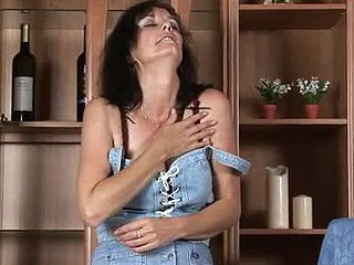 Pretty Anilos Renie strips and uses her fingers hither be to blame for her cunt